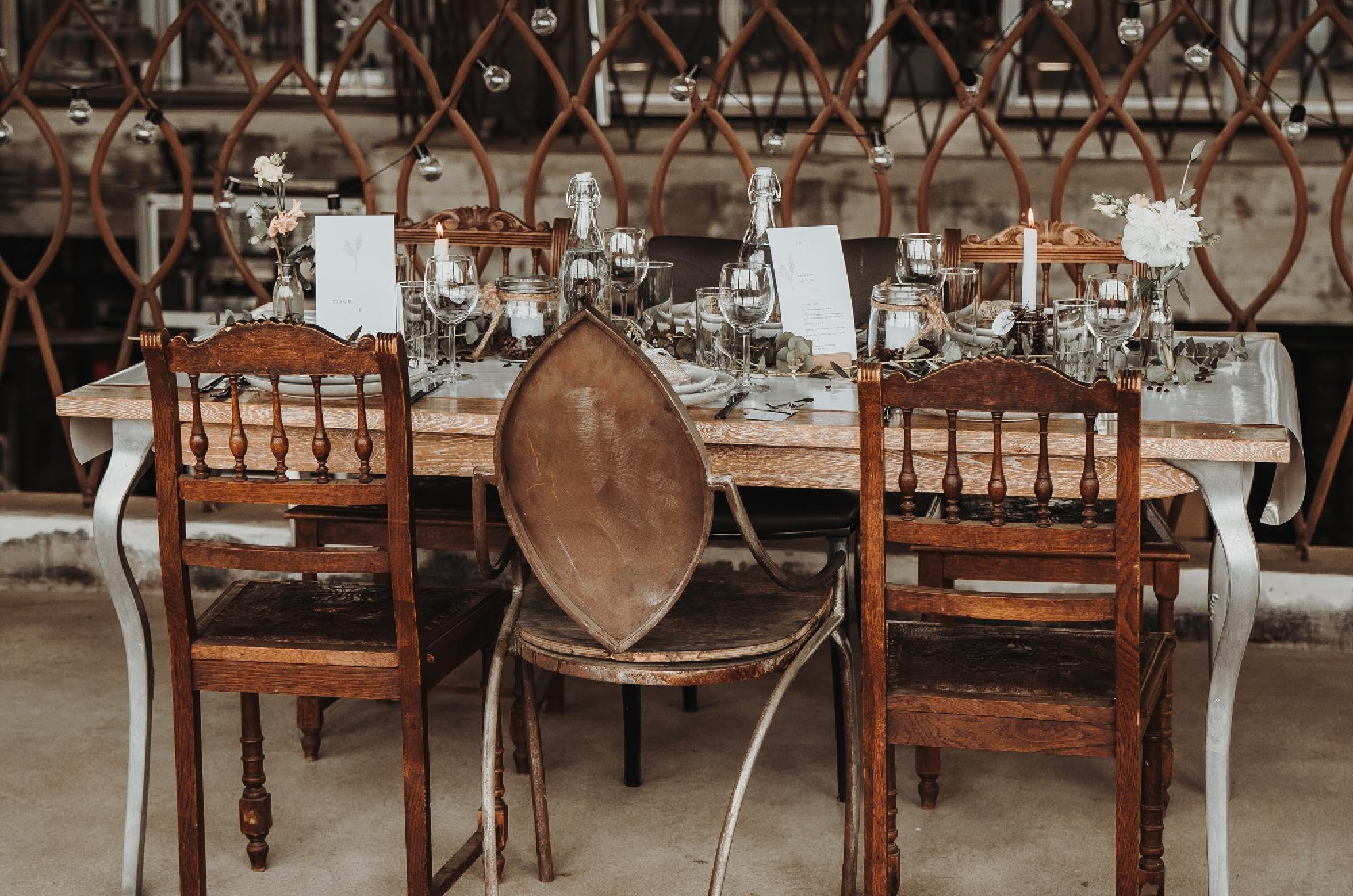 Tischdekoration im Industrial Stil mit Papeterie.