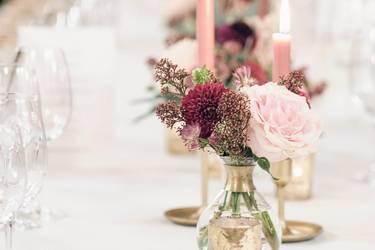 Festliche Blumen-Tischdekoration zur Hochzeit.